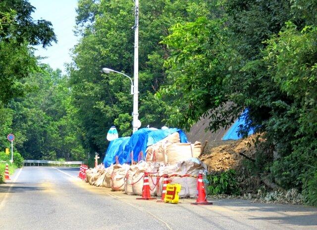 土砂崩れした道路 骨の歪み イメージ